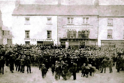 Irish volunteers gather in the street in 1914