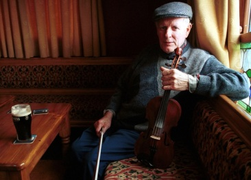 The late and legendary Sliabh Luachra fiddle player, Paddy Cronin pictured in Tom Fleming's Bar in Scartaglin during the shooting of the TG4 Sé Mo Laoch special on his life and times in 2002. ©Photograph: John Reidy 19/06/2002
